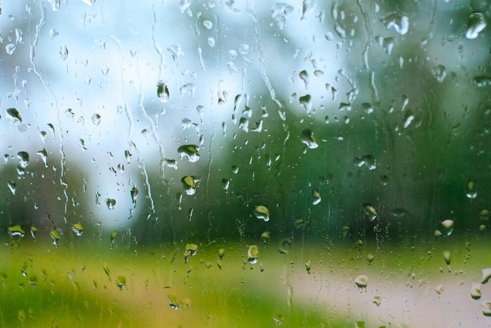 雨の窓ガラス(フリー)