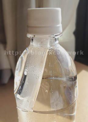 アキュエラ水素水7.0ppm ボトルの蓋を閉める