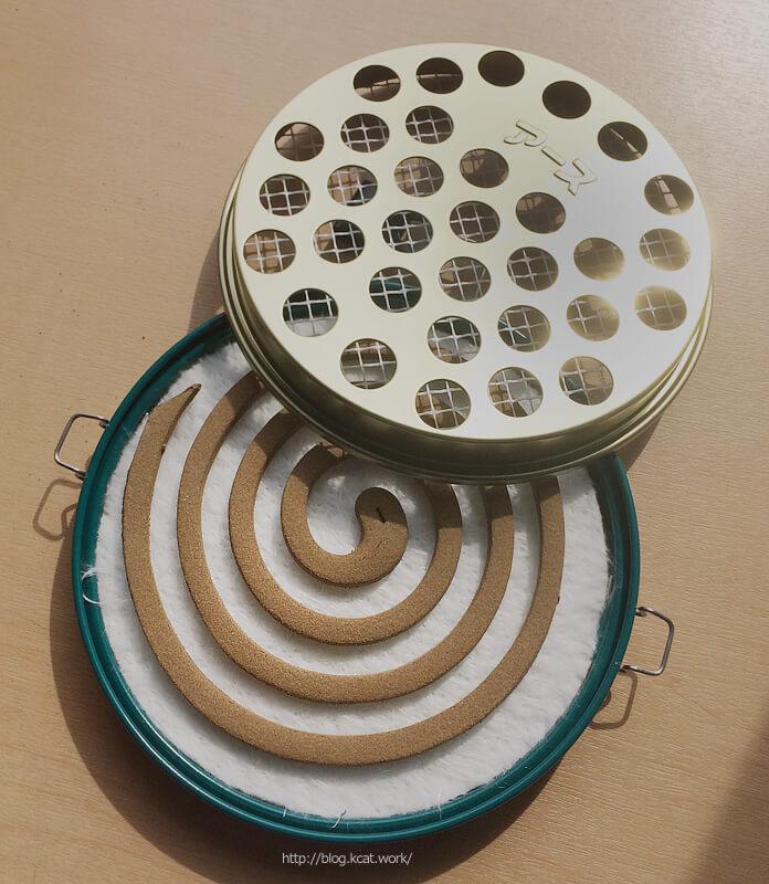 アース線香皿に蚊取り線香をセット