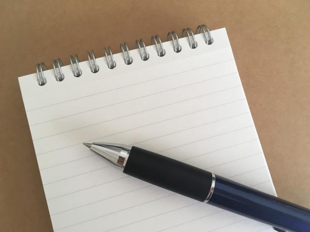 ペンとメモ帳_フリー画像